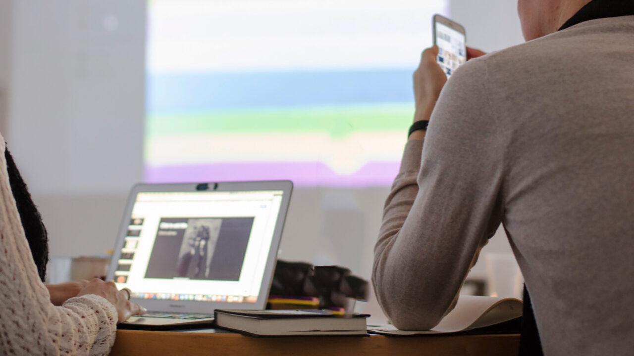 Ihmiset tutkivat Neemo kuvia näytöltä ja kankaalta työpajassa